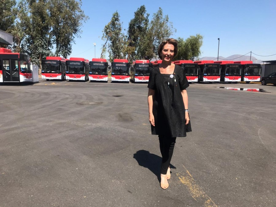 Ministra Hutt con buses Yutong